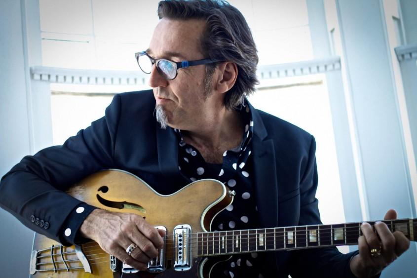 Stephen Fearing is een charismatische podiumverschijning met een warme, soulvolle stem en een indrukwekkende gitaartechniek. Zijn stijl doet denken aan die van Martyn Joseph en Bruce Cockburn. De Canadees...