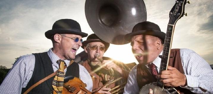 Gekke en super aanstekelijke muzikale uitdragerij duikt in antieke folksongs. Achter deze vreemde naam gaat een heel apart trio schuil dat muzikaal diep geworteld zit in de antieke sound van Mississippi...